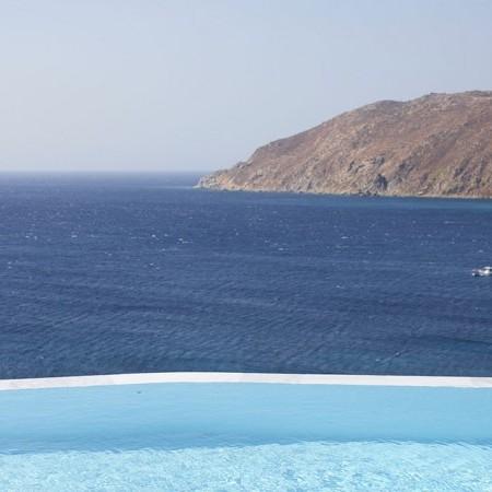the horizon of infinity pool, sea and sky