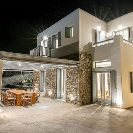villa Serpentine 1 lights at night Mykonos