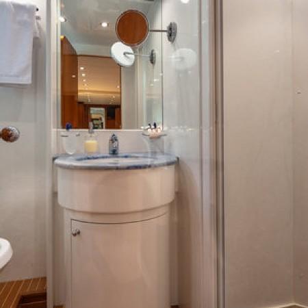 Efmaria yacht bathroom