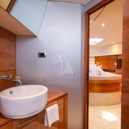 Noe yacht bathroom