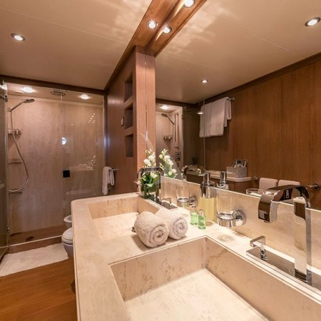 Alexia av yacht bathroom