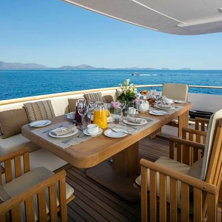 Alexia av yacht deck dining