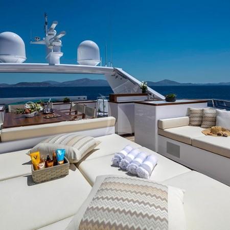 Alexia av yacht deck