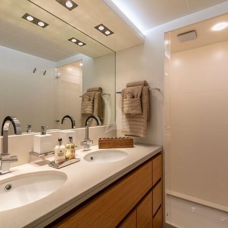 Celia yacht bathroom