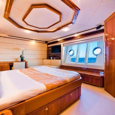 Ferretti 88 master cabin