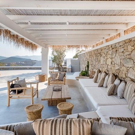 outdoor dining area at villa Bonheur