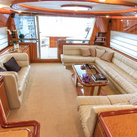 ferretti 80 flybridge salon