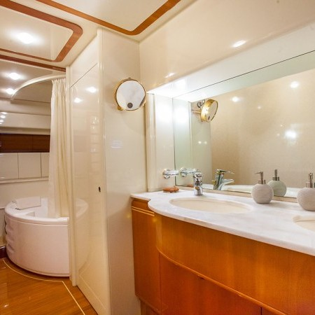 guest bathroom ferretti 80
