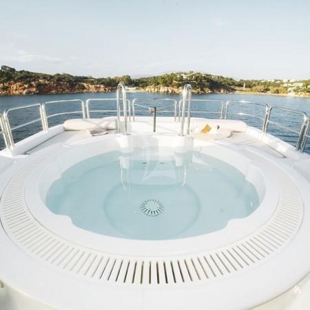oasis yacht charter jacuzzi