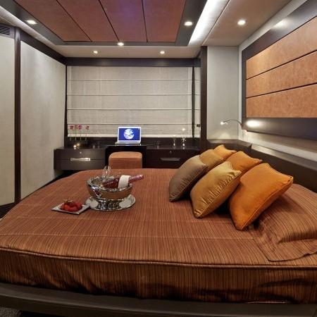yacht Azimut 68 cabin