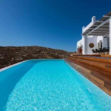 pool closeup of villa Artisti in Mykonos
