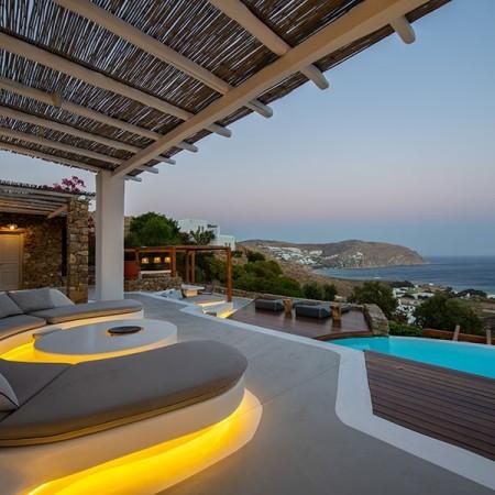 villa Artisti exterior lights