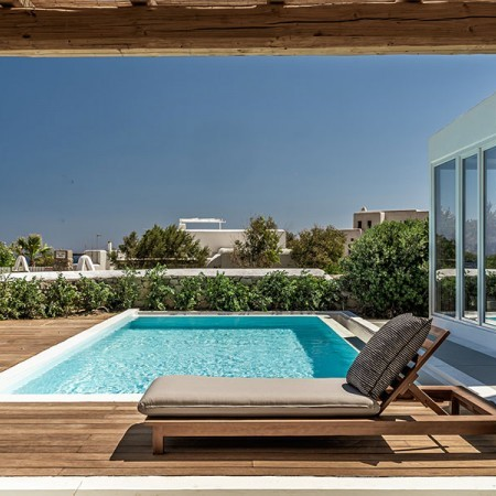 the swimming pool and deck at villa Inessa