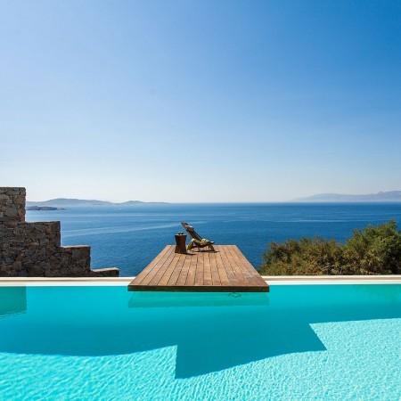 the infinity pool and sea horizon at villa Joya