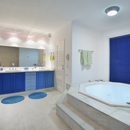 en-suite bathroom with Jacuzzi