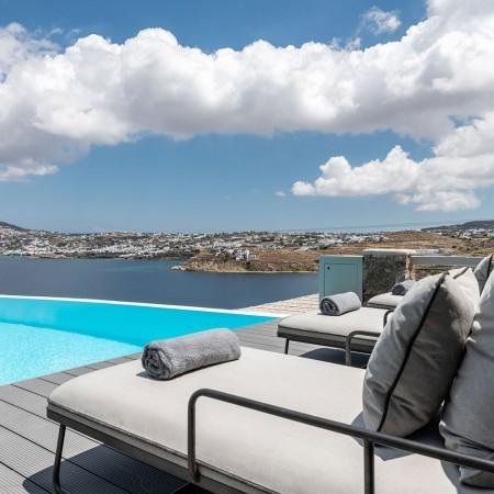 pool, sunbeams and sea view